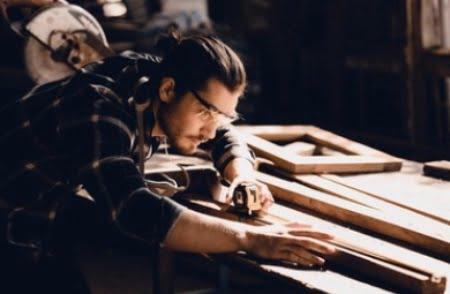 נגר מייצר רהיטים בעבודת יד